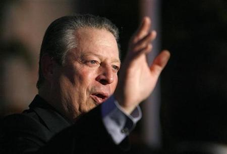 Nobel Peace Prize winner Al Gore waves at the annual Oceana Partner's awards gala in Pacific Palisades, California October 5, 2007. REUTERS/Mario Anzuoni