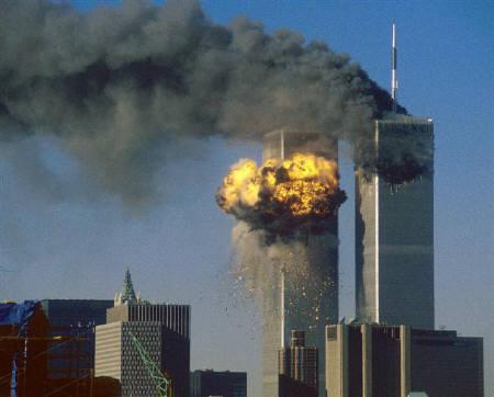 10月16日、英国では過去50年間で最も記憶に残るテレビ映像として、01年9月11日のニューヨーク世界貿易センタービルのツインタワー崩落が1位に選ばれた。写真は南塔に飛行機が激突した直後の映像(2007年 ロイター/Sean Adair)