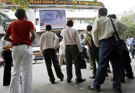 People look at a large screen displaying India's benchmark share index on the facade of the Bombay Stock Exchange (BSE) building in Mumbai October 15, 2007. REUTERS/Punit Paranjpe