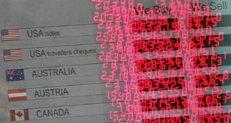 10月16日、NY外国為替市場ではドルが上昇。ニュージーランドドルをはじめとする高利回り通貨は対円で下落した。写真は昨年12月、ロンドンで撮影した為替ボード(2007年 ロイター/Toby Melville)