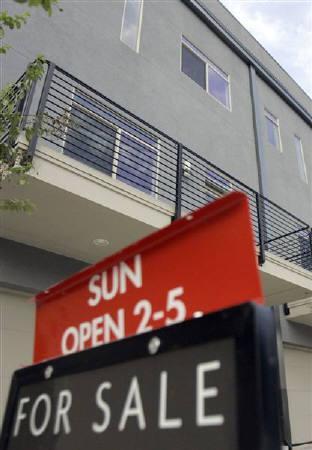 10月17日、米住宅指標悪化でFRBが月内利下げの可能性強まる。写真はダラスで売り出し中の物件。8月撮影(2007年 ロイター/Jessica Rinaldi)