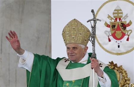 Pope Benedict XVI waves to faithful during a mass in Plebiscito square in Naples October 21, 2007. REUTERS/Tony Gentile