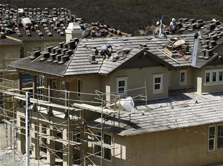 Construction work continues on new homes in Carlsbad, California September 18, 2007. The United States has entered a recession, investor Jim Rogers told Britain's Daily Telegraph newspaper on Wednesday. REUTERS/Mike Blake (UNITED STATES)