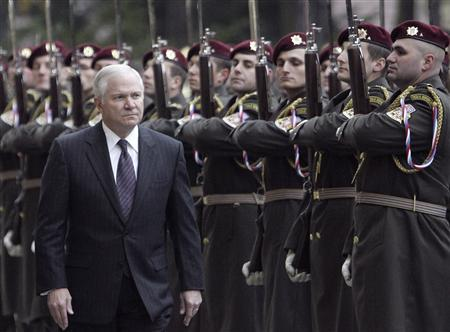 Defense Secretary Robert Gates reviews the honour guard during the welcoming ceremony at the Czech Defence Ministry headquarters in Prague October 23, 2007. REUTERS/David W Cerny