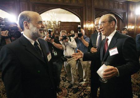 10月25日、関係筋によると、米FRBは近く、市場との対話方法を見直すことで合意する見通し。写真は18日、バーナンキ米FRB議長(左)とグリーンスパン前議長。ワシントンで開かれたレセプションで撮影(2007年 ロイター/Jason Reed)