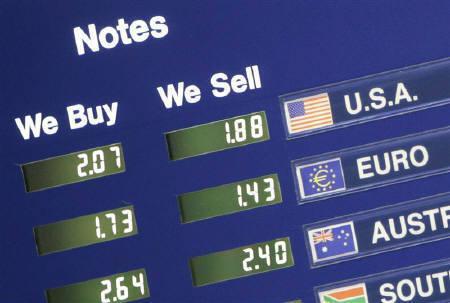 10月26日、午前の欧州外為市場で、主要6通貨に対するドル指数が最安値を更新。写真は昨年12月、ロンドンの両替所で撮影した為替ボード(2007年 ロイター/Toby Melville)