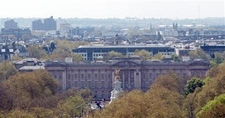 A general view taken from the top of Nelson's Column shows Buckingham Palace in central London May 5, 2006. Picture taken May 5, 2006. An unidentified member of the British royal family has been targeted in a sex and drugs blackmail attempt, the Sunday Times newspaper reported. REUTERS/Rob Dawson