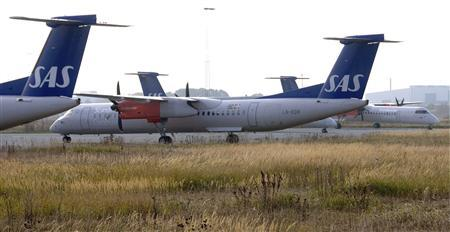 Scandinavian Airlines Bombardier Q400 turboprop planes stand on the ramp at Copenhagen's airport October 28, 2007. REUTERS/Johan Nilsson/Scanpix Sweden