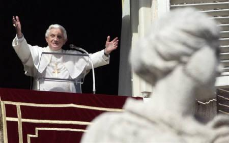 Pope Benedict XVI holds weekly Angelus prayers after a mass beatification ceremony for Spanish civil war victims at the Vatican October 28, 2007. REUTERS/Chris Helgren