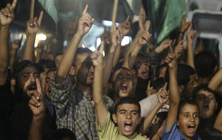Palestinians shout slogans during an anti-Israel rally organized by Hamas in the northern Gaza Strip October 29, 2007. REUTERS/Ismail Zaydah