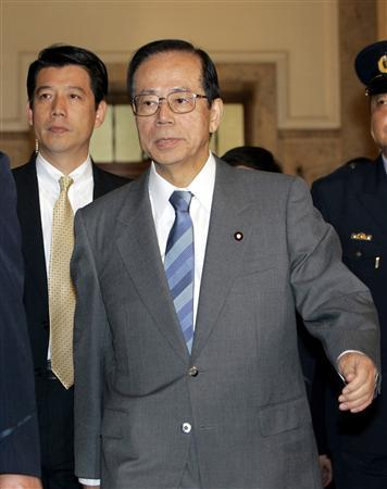 Japan's Prime Minister Yasuo Fukuda arrives for a meeting with opposition Democratic Party of Japan leader Ichiro Ozawa at Parliament's Lower House in Tokyo October 30, 2007. Fukuda and Ozawa discussed the new bill for providing refuelling in support of U.S.-led forces in Afghanistan. REUTERS/Katsumi Kasahara/Pool