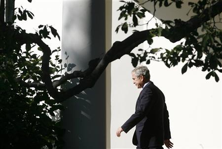 U.S. President George W. Bush walks from the Oval Office to depart the White House in Washington, October 29, 2007. REUTERS/Jim Young