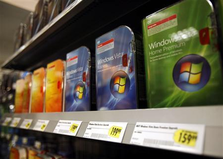 Microsoft Windows Vista software sits on display at a store in New York, January 30, 2007. Windows Vista is starting to see mass adoption from businesses nearly a year after it was released, the company said while predicting a strong first holiday season for the product. REUTERS/Shannon Stapleton