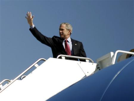 President Bush waves from the steps of Air Force One at Andrews Air Force Base in Maryland, October 29, 2007. REUTERS/Jason Reed