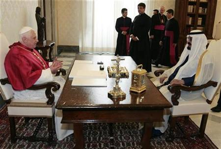 Saudi Arabia's King Abdullah (R) speaks with Pope Benedict XVI during their meeting at the Vatican November 6, 2007. REUTERS/Chris Helgren
