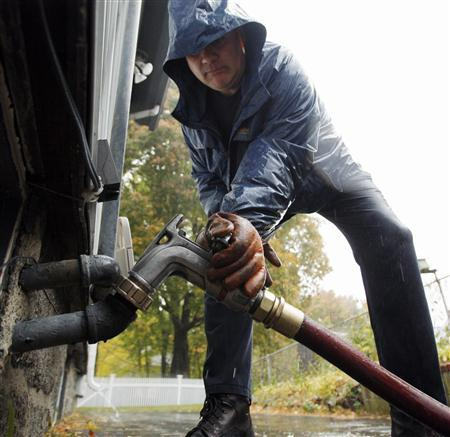 John Fontaine delivers home heating oil at a home in the Boston neighborhood of Jamaica Plain, November 6, 2007. REUTERS/Brian Snyder