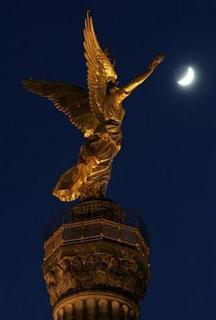 A cresent moon is pictured beside the golden Victoria on top of the victory column in Berlin January 23, 2007. Germany hopes to put an unmanned space craft into the moon's orbit in the early part of the next decade, a senior German official said on Wednesday. REUTERS/Fabrizio Bensch
