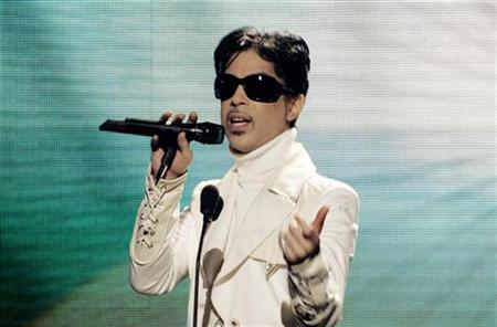 Musician Prince performs at the taping of the ALMA awards in Pasadena, California June 1, 2007. Fan sites dedicated to Prince say they have been served legal notice to remove all images of the singer, his lyrics and ''anything linked to Prince's likeness'', and have vowed to fight what they said was censorship. REUTERS/Fred Prouser