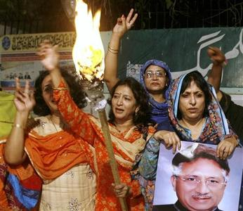 Supporters of the ruling Pakistan Muslim League party chant pro-Musharraf slogans in Karachi November 7, 2007. REUTERS/Mohsin Hassan