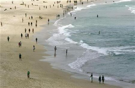 Beachgoers enjoy the sea and sand on Sydney's famous Bondi Beach, January 1, 2007. REUTERS/Tim Wimborne