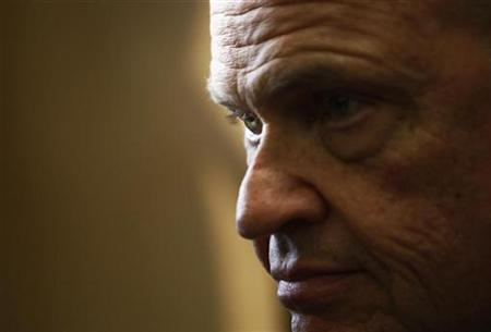 Republican presidential candidate former Senator Fred Thompson (R-TN) talks to reporters in Concord, New Hampshire October 29, 2007. Thompson waded into the politically potent issue of Social Security on Friday and proposed overhauling the retirement system by creating 401(k)-style personal accounts. REUTERS/Brian Snyder