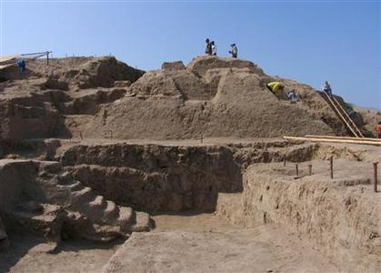 Archaeologists work at the clay temple Ventarron in the northern city of Lambayeque, November 10, 2007. REUTERS/Ignacio Alva/Handout
