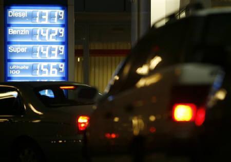 11月9日、ドイツのガソリンスタンドで給油を終えた男性客が車を忘れて歩いて帰宅するという珍事が発生した。写真はベルリンのガソリンスタンドで。7日撮影(2007年 ロイター/Pawel Kopczynski)