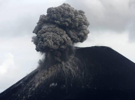 Anak Krakatau volcano spews ash and smoke in the Sunda Strait November 11, 2007.  Indonesia's Anak Krakatau volcano lets out a massive roar as it blasts a gigantic cloud of smoke and flaming red rocks hundreds of metres into the night sky. REUTERS/Supri