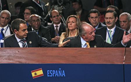 Spain's Prime Minister Jose Luiz Rodriguez Zapatero (L) and Spanish King Juan Carlos gesture during the second working session of the XVII Ibero-American Summit in Santiago, Chile, November 10, 2007. REUTERS/Handout