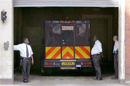 A police van believed to contain a terrorism suspect arriving at the City of Westminster magistrates court, August 25, 2006. Police in Britain can hold terrorism suspects without charge for longer than in any other comparable democracy, according to a study by human rights organisation Liberty. REUTERS/Toby Melville