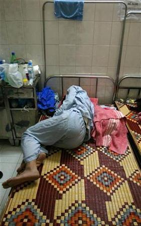 A patient suffering from cholera lies on the bed of the National Institute of Infections and Tropical Diseases in Hanoi November 10, 2007. A cholera outbreak in northern Vietnam has affected more than 150 people, the first such spate of cases in three years, state-run newspapers reported on Saturday. Picture taken November 10, 2007. REUTERS/Hai Dang