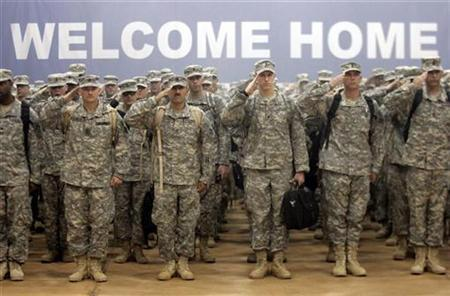 Soldiers from the Army 4th Infantry Division stand at attention during a homecoming ceremony in Fort Hood, Texas November 28, 2006. U.S. soldiers are significantly more likely to report mental health problems six months after returning home from combat than on initial assessments, Army researchers said on Tuesday. REUTERS/Jessica Rinaldi