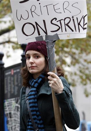 Writer and actress Tina Fey walks the picket line as the Writers Guild of America strikes for better wages, in New York, November 13, 2007. REUTERS/Chip East