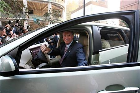 General Motors (GM) Chairman and Chief Executive Officer Rick Wagoner steps out of GM's Chevrolet Sequel, a hydrogen-powered fuel cell vehicle, during the first test drive in Shanghai, November 6, 2006. General Motors Corp aims to be the first automaker to produce 1 million fuel cell-powered vehicles, an executive said on Wednesday, as the world's auto industry leaders race to develop ''green'' vehicles for the mass market. REUTERS/Nir Elias