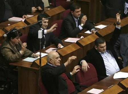 Georgia's parliament members attend a session in Tbilisi November 15, 2007. Georgia's parliament on Thursday approved lifting its state of emergency on November 16 at 7 p.m. (10 a.m. EST), a move that will allow people to meet in public and independent media to broadcast. REUTERS/David Mdzinarishvili