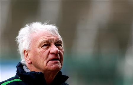 Ireland football team assistant coach Bobby Robson looks up towards the stands after a training session at Lansdowne Road in Dublin, Ireland February 28, 2006. Robson said on Thursday he did not expect to work again as an on-pitch coach because of ill health. REUTERS/Kieran Doherty