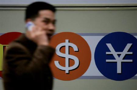 11月16日、来週の外為市場でも、ドルの弱含みが続きそうだ。写真は2005年3月、ソウルの両替所前で撮影(2007年 ロイター/Kim Kyung-Hoon)