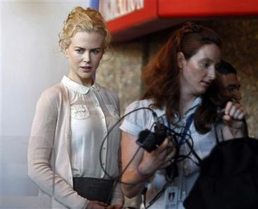 Australian actress Nicole Kidman (L) arrives at the Supreme Court in Sydney November 19, 2007. Kidman was due to give evidence on Monday in the case of a photographer who is suing a local newspaper that claimed he was intrusive and scared the Academy Award winning actress. REUTERS/Tim Wimborne