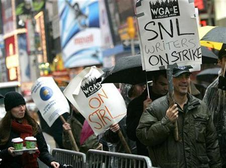 Members of the Writers Guild of America walk the picket line in New York's Times Square, November 15, 2007. REUTERS/Brendan McDermid