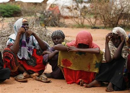 Family members of a refugee from Ogaden region in Ethiopia sit on the ground in Dadaab, northeastern Kenya, November 16, 2007. REUTERS/Radu Sigheti