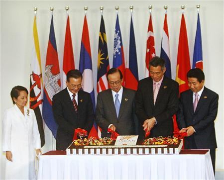 Philippines' President Gloria Macapagal Arroyo (L) watches as China's Premier Wen Jiabao, Japan's Prime Minister Yasuo Fukuda, Singapore's Prime Minister Lee Hsien Loong and South Korea's President Roh Moo-hyun (2nd L-R) cut a cake during a ceremony commemorating 10 years of the ASEAN plus three cooperation at the 13th Association of South East Asian Nations (ASEAN) Summit in Singapore November 20, 2007. REUTERS/Vivek Prakash