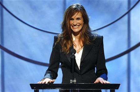 Julia Roberts smiles on stage before presenting Denzel Washington with the 2007 Stanley Kubrick Britannia Award for Excellence in Film at the 16th annual BAFTA/LA Cunard Britannia awards in Los Angeles November 1, 2007. REUTERS/Mario Anzuoni