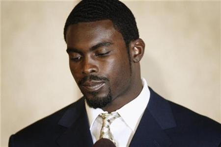 Atlanta Falcons quarterback Michael Vick pauses during a statement to the press at a hotel in Richmond, Virginia in this August 27, 2007, file photo. Vick's decision to go to jail three weeks early was unusual but likely done to show goodwill and get a jump-start on a long prison term, legal experts said on Tuesday. REUTERS/Jason Reed/File