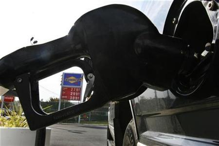 A vehicle is filled with gasoline at a gas station in Takoma Park, Maryland, November 1, 2007. Oil retreated from an all-time high on Wednesday, after closing in on the $100 milestone as the dollar sank to new lows and cold weather in the world's biggest fuel consumer stirred anxiety over winter supplies. REUTERS/Jim Bourg