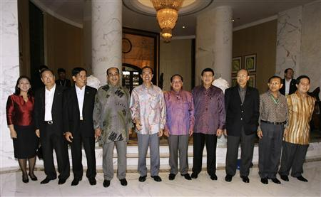 Association of South East Asian Nations (ASEAN) Foreign Ministers and their representatives pose for a group photo before an informal dinner hosted by Singapore's Foreign Minister George Yeo (5th L) on the sidelines of the 13th ASEAN Summit in Singapore November 19, 2007. REUTERS/Tim Chong
