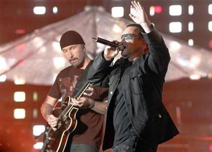 File photo shows Irish rock band U2's front man Bono (R) and guitarist The Edge during the band's first of three Sydney concerts November 10, 2006. About 200 music fans were treated to an impromptu set by U2 stars Bono and The Edge at a small London venue on Friday. REUTERS/Tim Wimborne