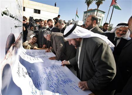 Hamas lawmakers sign on a document prohibiting any concessions over Palestinian rights in Jerusalem and the right of return for refugees in the Annapolis Middle East peace conference, in Gaza November 26, 2007. Vowing to go on fighting the ''Zionist enemy'', Hamas called Mahmoud Abbas the worst leader in Palestinian history on Monday and said he had no right to make concessions to Israel at the Annapolis peace conference. REUTERS/Suhaib Salem