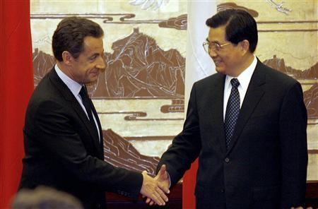 French President Nicolas Sarkozy (L) shakes hands with Chinese President Hu Jintao during a signing ceremony for the various commercial contracts between the two countries, at the Great Hall of the People in Beijing November 26, 2007. Sarkozy used a state visit to China on Monday to publicly urge Hu to let the yuan rise more swiftly against Europe's single currency. REUTERS/Peter Parks/Pool