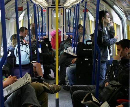 11月26日、ロンドンの地下鉄のアナウンスを担当する職員が、米グーグル傘下の動画サイト「ユーチューブ」に米観光客をからかう内容を含む映像を投稿したために解雇された。写真は2005年7月、ロンドンの地下鉄に乗る利用客(2007年 ロイター/Mike Finn-Kelcey)