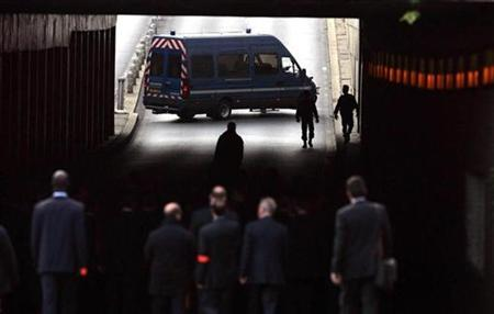 The jury from the Coroner's inquest into the deaths of Diana, Princess of Wales and Dodi Al Fayed enter the Pont de l'Alma tunnel in Paris October 8, 2007. One of the paparazzi who chased after Princess Diana's limousine on the night she died in a Paris car crash refused to attend the inquest into her death on Tuesday and said he was the target of defamatory lies. REUTERS/Cathal McNaughton/Pool